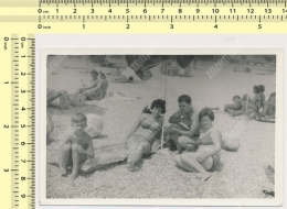 REAL PHOTO -  Bikini Women, Man And Girl On Beach, Maillot De Bain Femmes Homme Fille Plage - Vintage Snapshot - Foto