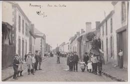 CARTE PHOTO DE ROUSSAY (49) : RUE DU CENTRE - ECOLIERS ET FEMMES ENDIMANCHEES - CYCLISTES - ECRITE 1910 - 2 SCANS - - Autres Communes