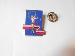 Superbe Pin's En EGF , Gymnastique Rythmique , Rubans - Gymnastics