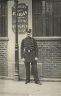 BELLE CARTE PHOTO POLICIER - GARDIEN DE LA PAIX DEVANT UN OSTE DE SECOURS MEDICAUX - Police - Gendarmerie