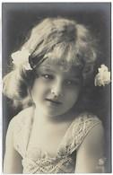 CPA 1900/10  Trés Rare édt S 2152/2  Jolie Fillette  Robe Brodé Cheveux Bouclés Bouclés Orné De Ruban Pretty Little Girl - Portraits