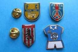 Lot De 4 Pin's,football, FC Sain Bel,calcio Napoli Tricot,Paris S.G., Aston Villa - Football