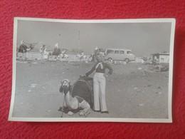 POSTAL OLD POST CARD CARTE POSTALE FOTOGRÁFICA ? MUJER CON CAMELLO CAMEL WOMAN EN LAS PIRÁMIDES PIRÁMIDE DE EGIPTO EGYPT - Pirámides
