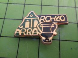 313H Pin's Pins / Beau Et Rare : Thème VILLES / ARRAS ARCHEO ARCHEOLOGIE - Ciudades
