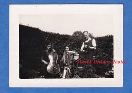 Photo Ancienne Snapshot - Groupe De Musique -Homme Femme Violoncelle Violon Accordéon Martin Cayla Instrument - Métiers