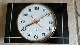 Horloge JAZ VINTAGE Sur Plaque FORMICA - Fonctionne - Accroche Pour Suspension Cassée - Clocks