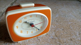 REVEIL VINTAGE ORANGE - FRAGONARD - 9cmx7cmx5cm - PLASTIQUE - Vers 1980 - Alarm Clocks
