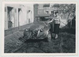 Femme Posant Fièrement Devant Son Automobile Citroën 2 CV . - Auto's