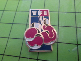 712A Pin's Pins / Beau Et Rare : Thème SPORTS / LA BOXE SUR TF1 Ils Peuvent Encore Se La Payer ? - Boxing