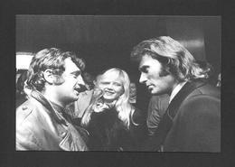 ARTISTES - CÉLÉBRITÉS - CHANTEUR ET MUSICIENS - JOHNNY HALLYDAY SYLVIE VARTAN ET JEAN PAUL BELMONDO - Singers & Musicians