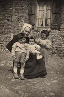 Photo Originale D'un Grand-Mère Et Sa Coiffe En 1956 Entourée De Ses 3 Petits Enfants Devant La Maison De Pierre - Anonyme Personen