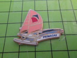 1012b Pin's Pins / Beau Et Rare : Thème BATEAUX / TRIMARAN DE COURSE VOILIER PRIMAGAZ - Boats