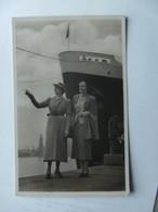 Two Women And A Boat Where ? Ou ? - Beroemde Vrouwen