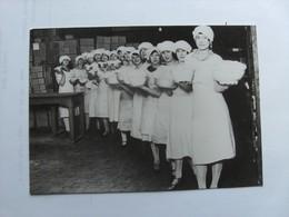 Some Nice Women In A Factory ? Where ? Ou ? - Beroemde Vrouwen