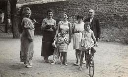 Photo Originale Réunion Familiale De Sportifs, Autour Du Filet De Basket & Vélo En Juillet 1936 - Anonyme Personen