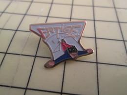 1515c Pin's Pins / Beau Et Rare : Thème SPORTS / SAUT A L'ELASTIQUE VERTIGE - Badges