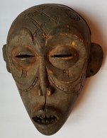 ETHNOLOGIE - MASQUE - ANGOLA - CHOMKE OU TCHOMKE - PATINE GRISE - SCARIFICATIONS - BOUCHE DENTEE - XX° - African Art