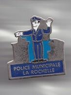 Pin's Police Municipale La Rochelle En Charente Maritime Dpt 17 Réf 3736 - Villes