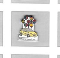 Pin's  Automobile  Renault  Clio  Jaune  Avec Drapeaux  Voiture  De  L' Année  1991 Signé  SOFREC  PARIS - Renault