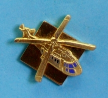 1 PIN'S //  ** HÉLICOPTÈRE / AÉROSPATIALE AS.332 (EC 225) / SUPER PUMA ** . (EBC 92) - Airplanes