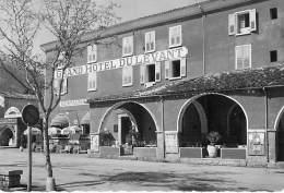 04 - CASTELLANE Le GRAND HOTEL DU LEVANT Bon Plan Extérieur - CPSM Dentelée Noir Blanc GF - Alpes Haute Provence - Castellane