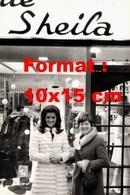 Reproduction D'une Photographie De Sheila En Fourrure Devant Une Boutique Avec Son Nom En Enseigne - Reproducciones