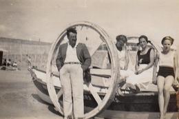 Photo Originale Plage & Maillot De Bain Pour Pin-Up Sexy à La Baule (44500) En 1934 - Roues Et Porte Barque à La Plage - Places