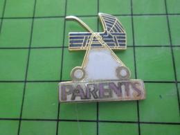 416c Pin's Pins / Rare Et De Belle Qualité !!! THEME : MEDIAS / PRESSE MAGAZINE PARENTS POUSSETTE - Medias