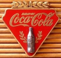 Pin's Coca-Cola Drink, Double Moule (Bouteille Noire Relief), Zamac, Pins Pin. - Coca-Cola
