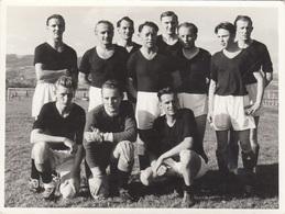 Fußballmannschaft Orig.Foto Um 1940 - Fotoformat Ca. 11,7 X 8,8 Cm - Sport