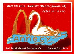 SUPER PIN'S McDonald's VILLE : ANNECY En Haute-Savoie (74) Visuel CYGNE Sur Son LAC, émail Grand Feu Base Or, 2X1,5cm - McDonald's