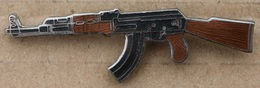 AK-47 - KALACHNIKOV - GUN - CROSSE BRUNE     -        (20) - Pin's & Anstecknadeln