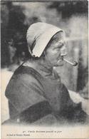 BRETAGNE - Vieille Bretonne Fumant La Pipe  - BORD** - - Bretagne