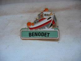 Pin's Petit Bateau à Moteur Sur BENODET En Bretagne - Boats