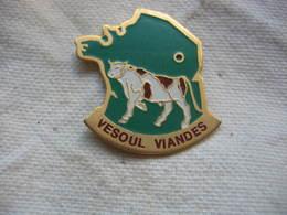 Pin's D'une Belle Vache Sur La Carte De France. Vesoul Viandes - Animals