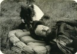 France WWI Sur Le Front Le Soldat Au Repos Et Son Chien Ancienne Photo 1917 - Guerre, Militaire