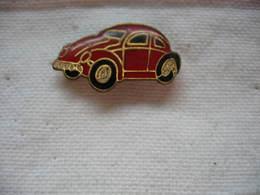 Pin's Automobile Coccinelle De Couleur Rouge De Chez Wolkswagen - Volkswagen