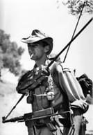 Guerre D'Algérie - Voltigeur Avec Radio TRPP Et PM MAT 49 - Documents