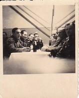 Foto Deutsche Soldaten Mit Flaschen Beim Feiern - 2. WK - 5,5*5,5cm (35693) - Krieg, Militär