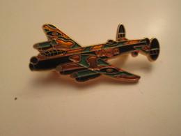 Pas PIN'S Mais BROCHE : THEME AVION AVIATION / ROYAL AIR FORCE 39/45 AVRO LANCASTER - Airplanes