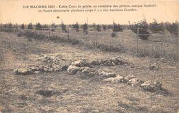 17-ILE-MADAME- CETTE CROIX DE GALETS, AU CIMETIERE DES PRÊTRES, MARQUE L'ENDROIT OU FURENT DECOUVERTS DES CORPS.... - France
