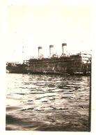 Photographie Ancienne De Bateau, Paquebot De Trois Cheminées à Dakar à La Fin De La Guerre, Photo De 1945 - Bateaux