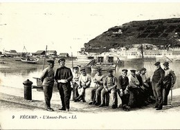 CPA FECAMP L'Avant Port , Beau Groupe De Vieux Marins Pecheurs  , Très Animée - Fécamp