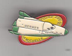 Pin's Hermes Foire Expo 90 La Rochelle  En Charente Maritime Dpt 17 Navette Aviation Espace Réf 8320a - Cities