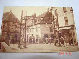 C.P.A.- L'Aigle (61) - Jour De Fête Sur La Place Boislandry - Café L'Hermine Et Boulangerie Héroin - 1920 - SUP (AI 63) - L'Aigle