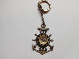 Beau Porte Clés ( No Pin's ) , Ancre De Marine , Gouvernail , Boussole En état De Marche - Boats