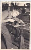 PHOTO--jeune Garçon Apprenti Au Lycée Professionnel  ( Serrurier ? Métier Du Fer )--voir 2 Scans - Métiers