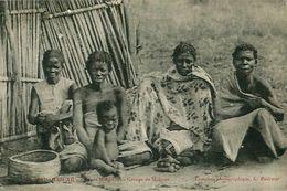Cpa MADAGASCAR - Types Malgaches - Groupe De Makoas - Madagascar
