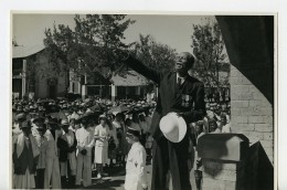 Madagascar Arivonimamo Veteran Medailles Adressant La Foule Ancienne Photo 1950 - Africa