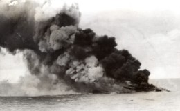 WWII Navire Italien Coulant En Flammes? Fummee Ancienne Photo 1941 - War, Military